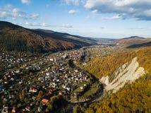 Vue supérieure d'automne aérien du village carpathien au jour ensoleillé image stock
