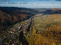 Vue supérieure d'automne aérien du village carpathien au jour ensoleillé photos libres de droits