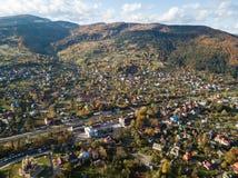 Vue supérieure d'automne aérien du village carpathien au jour ensoleillé photos stock
