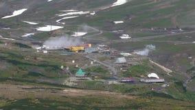 Vue supérieure d'automne sur la centrale géothermique de Mutnovskaya Péninsule de Kamchatka banque de vidéos