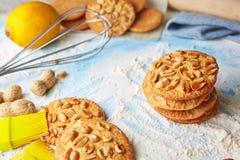 Vue supérieure d'ensemble de produit pour faire cuire des biscuits images libres de droits