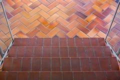 Vue supérieure d'escalier avec le tapis brun, promenade par le rez-de-chaussée, escaliers tapissés, une vue regardant en bas de l photos stock