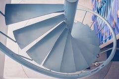 Vue supérieure d'escalier en acier en spirale avec la balustrade en métal image stock