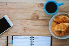 Vue supérieure d'espace de travail avec du temps de café Image libre de droits