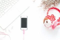 Vue supérieure d'espace de travail avec l'ordinateur portable et le smartphone blancs, La plate Photo stock