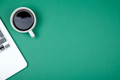Vue supérieure d'espace de travail avec l'ordinateur portable, la tasse de café et l'espace de copie Photo stock