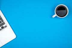 Vue supérieure d'espace de travail avec l'ordinateur portable, la tasse de café et l'espace de copie Image libre de droits