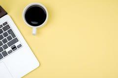 Vue supérieure d'espace de travail avec l'ordinateur portable, la tasse de café et l'espace de copie Photographie stock libre de droits