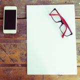 Vue supérieure d'espace de travail créatif avec le blanc de livre blanc Photos stock