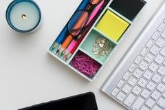 Vue supérieure d'espace de travail créatif sur le bureau blanc Photos stock