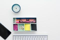 Vue supérieure d'espace de travail créatif sur le bureau blanc Photographie stock libre de droits