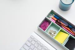 Vue supérieure d'espace de travail créatif sur le bureau blanc Photo stock
