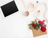Vue supérieure d'espace de travail femelle de bureau blanc avec l'ordinateur portable Photo libre de droits