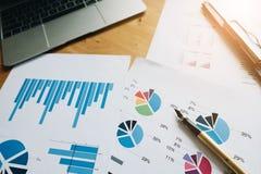 Vue supérieure d'espace de travail, investisseur professionnel et bureau financier dedans Images stock