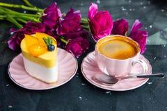 Vue supérieure d'expresso de café et de gâteau délicieux photos stock