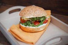 Vue supérieure d'hamburger fait maison dans la boîte en bois de forme de coeur, avec les légumes frais sur le fond en bois rustiq Image stock