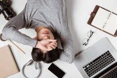 Vue supérieure d'homme d'affaires fatigué sur le lieu de travail avec l'espace de copie Photographie stock