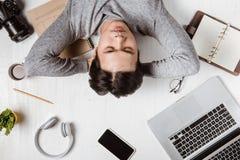 Vue supérieure d'homme d'affaires fatigué sur le lieu de travail avec l'espace de copie Photographie stock libre de droits