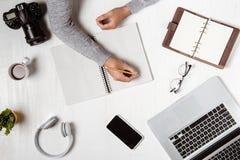 Vue supérieure d'homme d'affaires sur le lieu de travail avec l'espace de copie Images stock