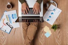 Vue supérieure d'homme d'affaires sur le lieu de travail avec l'espace de copie Images libres de droits