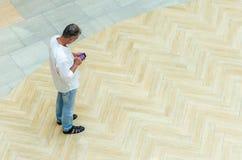 Vue supérieure d'intégral de l'homme avec le téléphone intelligent Images libres de droits