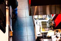 Vue supérieure d'intérieur de cuisine avec les plats de lavage de l'homme Aperçu de lieu de travail malpropre de cuisine photographie stock libre de droits