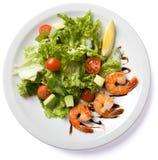 Salade avec la crevette servie du plat blanc Photo stock