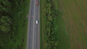 Vue supérieure d'oeil aérien d'oiseau de route dans la campagne, Russie banque de vidéos
