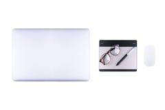 Vue supérieure d'ordinateur portable, de comprimé graphique avec le stylo et de rétro verre Photos libres de droits