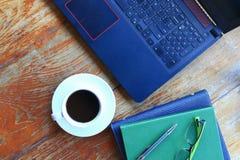 Vue supérieure d'ordinateur portable d'ordinateur, de stylo et de verre d'oeil sur le carnet Images libres de droits