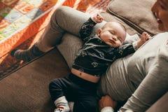 Vue supérieure d'un bébé dormant dans le recouvrement de sa mère images libres de droits