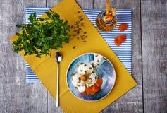 Vue supérieure d'un beau brunch Crème de glace à la vanille avec des fruits Le dessert et le pot de l'abricot boivent sur un fond photos stock