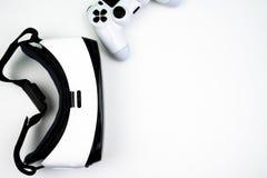 Vue supérieure d'un casque de réalité virtuelle avec un contrôleur de jeu sur un fond blanc image stock