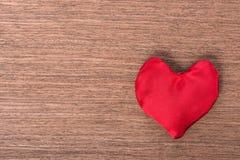 Vue supérieure d'un coeur cousu fait maison rouge sur le fond en bois, Co Photo stock