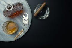 Vue supérieure d'un décanteur de whiskey et d'un verre de whiskey de bourbon image stock