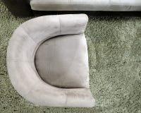 Vue supérieure d'un fauteuil gris semi-circulaire sur un tapis gris vert photographie stock libre de droits