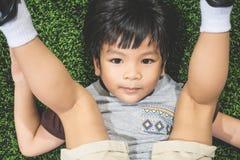 Vue supérieure d'un garçon allumant l'herbe photographie stock libre de droits