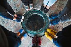 Vue supérieure d'un groupe de sept amis dans des chaussures multicolores photos libres de droits