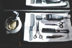 Vue supérieure d'un kit de rasage et d'une brosse se trouvant sur un plateau avec une serviette blanche Photo stock