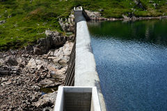 Vue supérieure d'un petit barrage concret Image stock