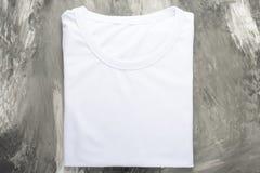Vue supérieure d'un T-shirt blanc sur un fond foncé, mocap photos libres de droits
