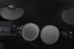 Vue supérieure d'un vieux kit électronique de tambour sur le plan rapproché noir de fond Photographie stock libre de droits