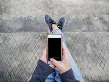 Vue supérieure d'une dame à l'aide du smartphone pour des achats en ligne Photographie stock libre de droits