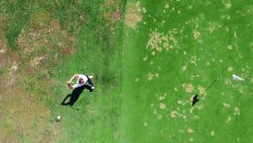 Vue supérieure d'une grève de golf faite par le golfeur masculin clips vidéos