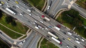 Vue supérieure d'une intersection de ville avec des autobus, voitures, camions Le trafic à la journée, roadcross dans les megapol banque de vidéos