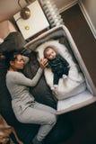 Vue supérieure d'une mère dormant avec son bébé photographie stock libre de droits