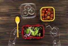 Vue supérieure d'une personne mangeant les légumes frais Image stock
