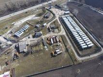 Vue supérieure d'une petite ferme de réservoir Stockage de carburant et des lubrifiants Photographie stock libre de droits