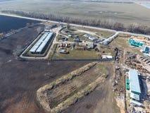 Vue supérieure d'une petite ferme de réservoir Stockage de carburant et des lubrifiants Photos stock