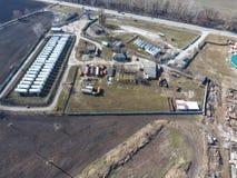 Vue supérieure d'une petite ferme de réservoir Stockage de carburant et des lubrifiants Photographie stock